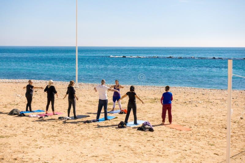 Altea, Испания - 9-ое марта 2018: Активные люди делая тренировки на пляже в Altea, Испании стоковые изображения