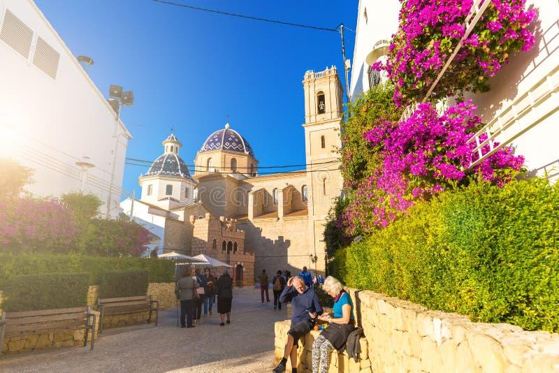 Altea, España 14 de noviembre de 2017: Turistas cerca de la iglesia de nuestra señora de Consuelo en Altea, en la provincia de Al imagenes de archivo