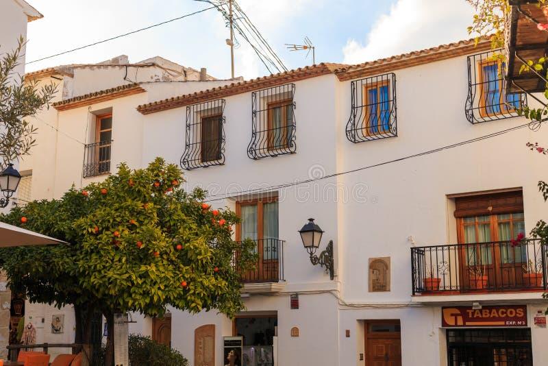 Altea Spanien - 19 Februari 2019: Sikt av ett vitt hus med ett belagt med tegel tak och balkonger och en falsk lykta och arkivbilder