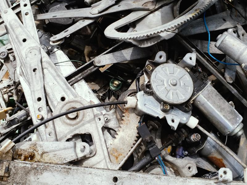 Alteisenstahl vom alten Auto, das wartet, um aufzubereiten stockbild