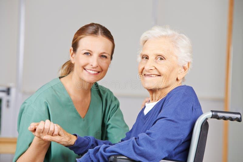 Altenpflege mit Krankenschwester und älterer Frau lizenzfreie stockfotos