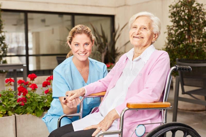 Altenpflegefrau und ältere Frau in der Rehabilitation stockfoto