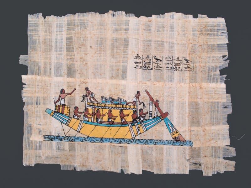 Alter ägyptischer Papyrus mit Boot und Hieroglyphen stockfotos
