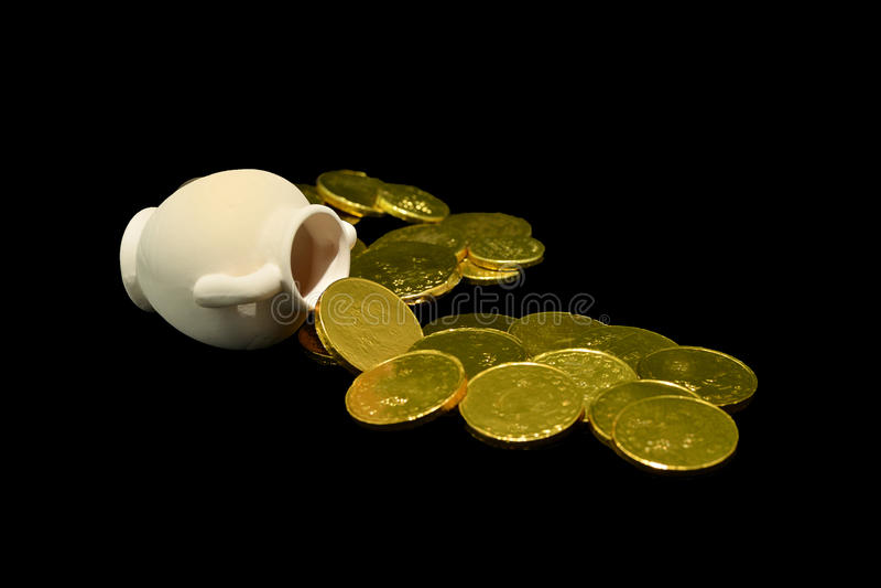 Alter Öltopf mit Goldmünzen stockbilder
