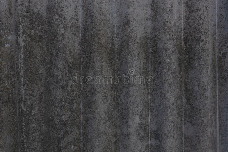 Alter abgenutzter Moos-abgenutzter moosiger abgenutzter Asbestschiefer extrahiert vom Hintergrund im Schatten stockfoto