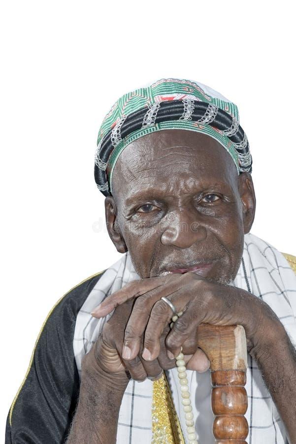 Alter afrikanischer Mann, der traditionelle Kleidung, Isolator trägt lizenzfreie stockbilder