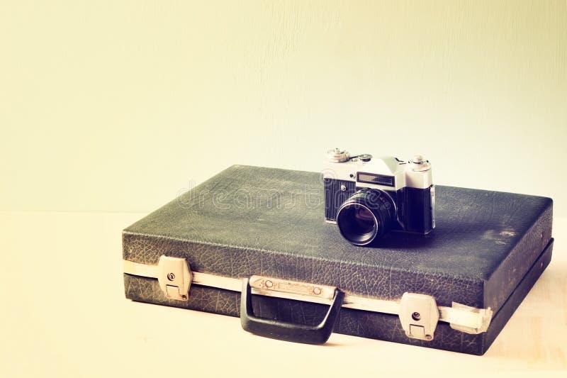 Alter Aktenkoffer der Weinlese und alte Kamera Retro- gefiltertes Design stockfotografie