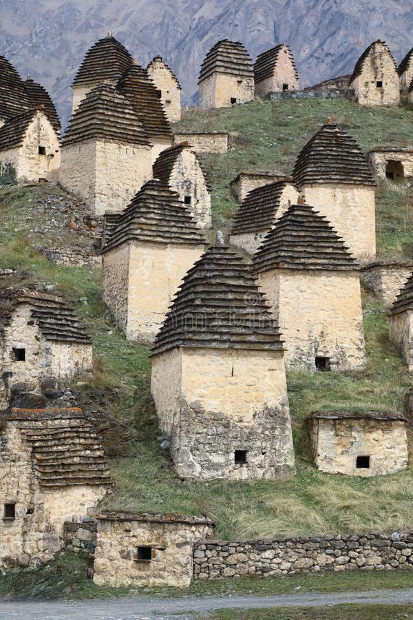 Alter Alanian-Friedhof in den Nord-Ossetien Kaukasus, Russland lizenzfreie stockfotografie