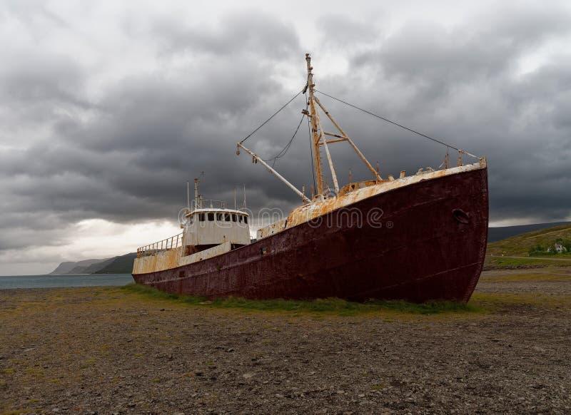 Alter angeschwemmter Schiffbruch in Island stockfoto