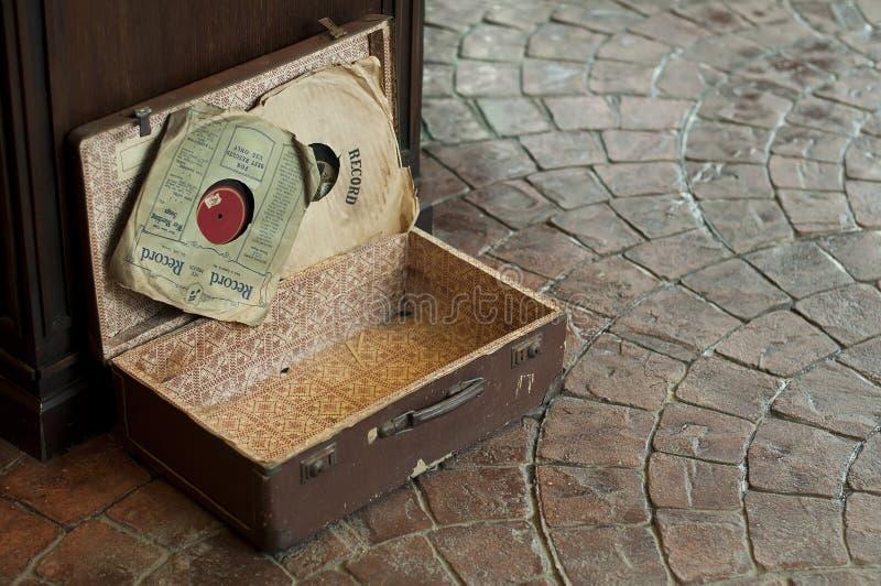 Alter antiker Koffer mit Grammophonplatten lizenzfreies stockfoto