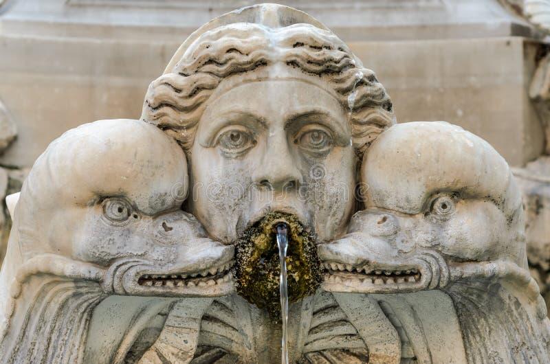 Alter antiker Marmorbrunnen mit Monsterköpfen lizenzfreie stockfotos