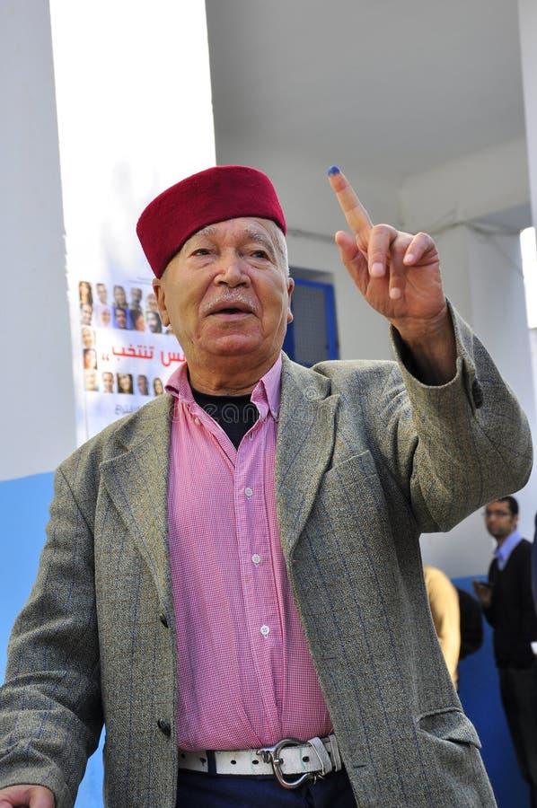 Alter arabischer Mann, der wählte, traditionsgemäß gekleidet lizenzfreie stockbilder