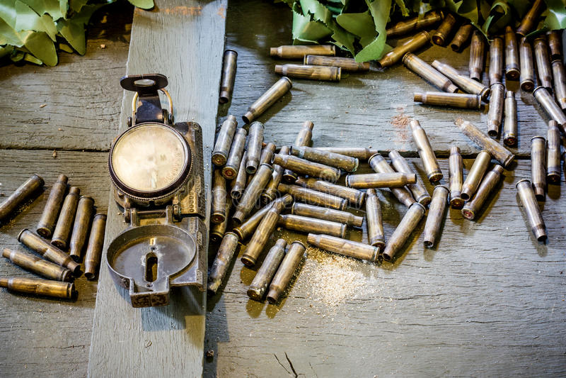Alter Armeekompaß und -kugeln lizenzfreies stockfoto