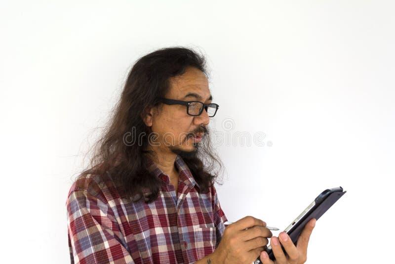 Alter asiatischer Mann, der TabletpC verwendet lizenzfreie stockfotografie