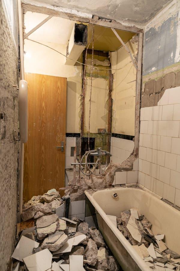 alter Badezimmerinnenraum vor Rekonstruktion lizenzfreie stockfotografie