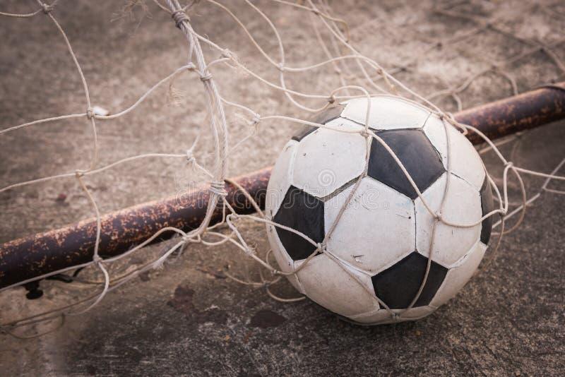 Alter Ball im Zielnetz lizenzfreie stockbilder