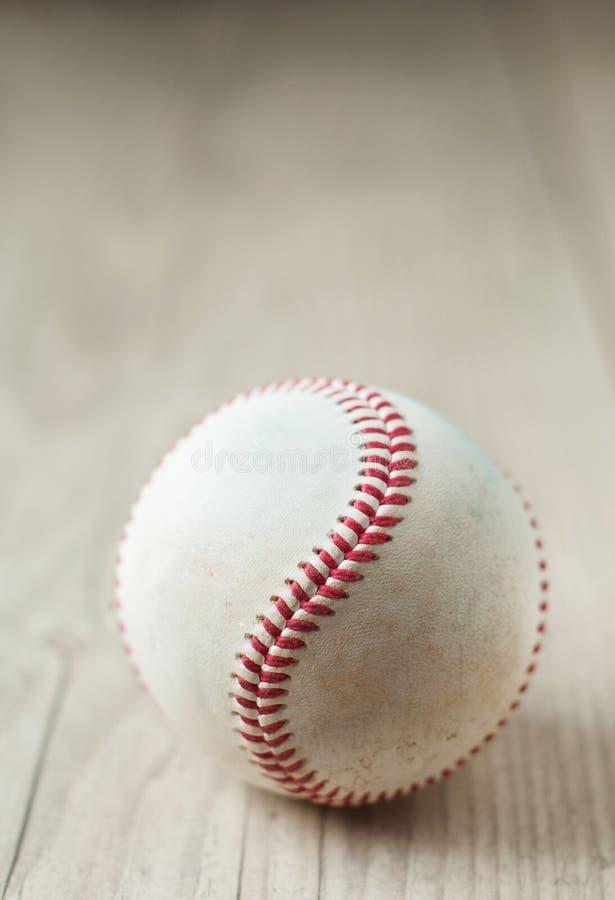 Alter Baseball auf hölzernem Hintergrund und in hohem Grade Nahaufnahme lizenzfreies stockfoto