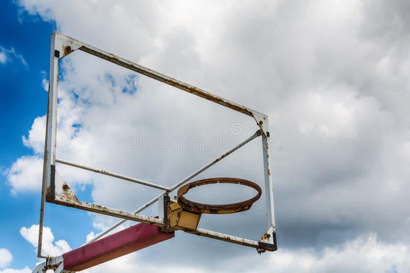 Alter Basketballkorb gegen blauen Himmel lizenzfreie stockfotografie