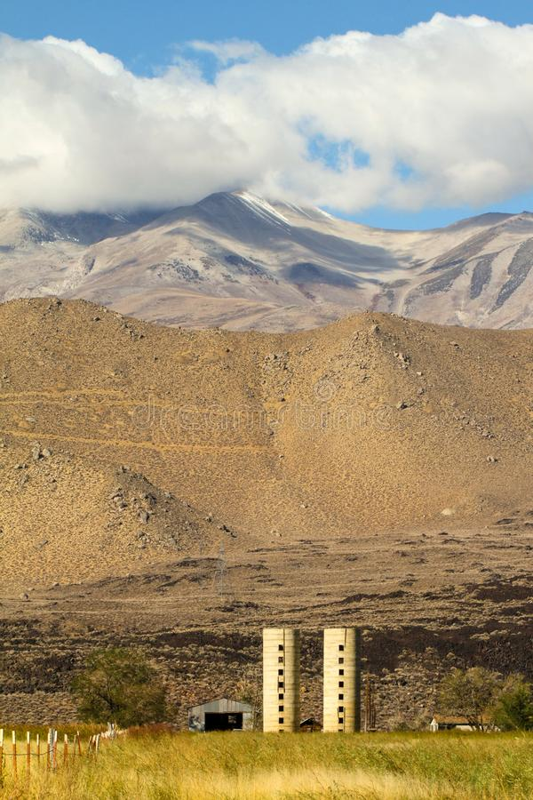 Alter Bauernhof auf zwischenstaatlichen 395 am Fuß Se-Sierra lizenzfreie stockfotos