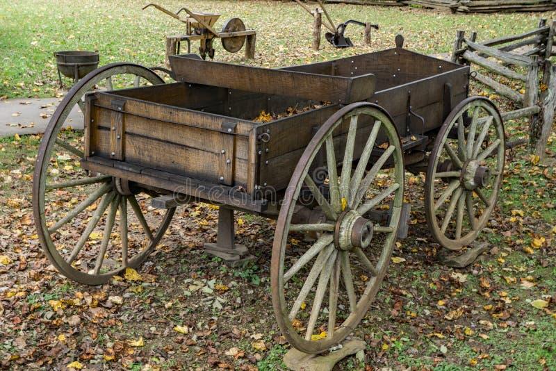 Alter Bauernhof-Kasten-Lastwagen lizenzfreie stockfotos