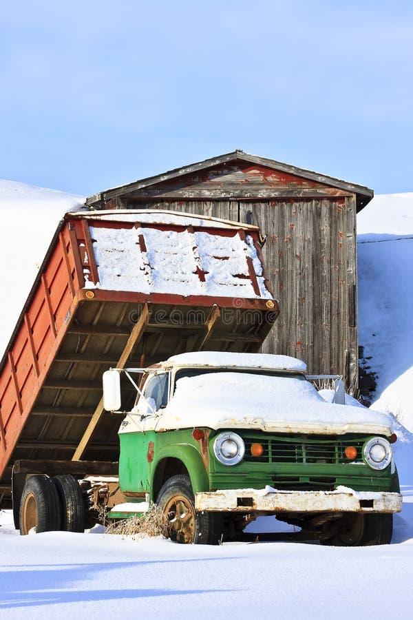 Alter Bauernhof-LKW im Winter stockfoto