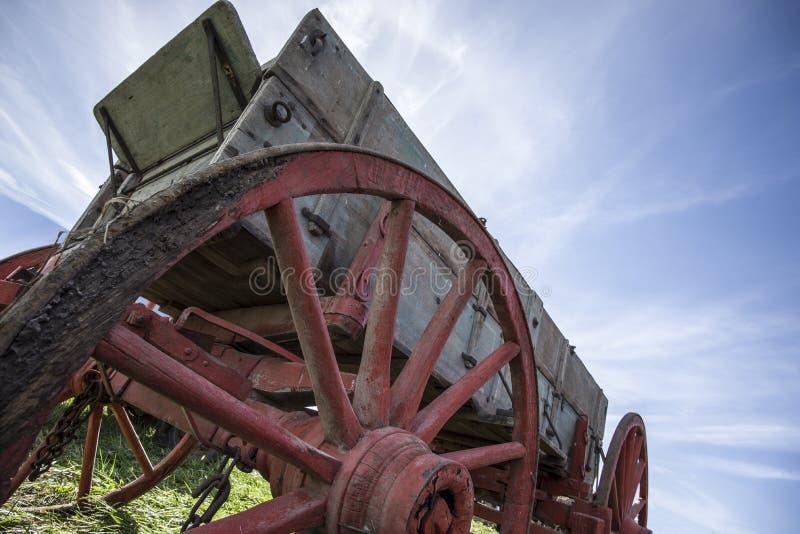 Alter Bauernhoflastwagen stockbilder