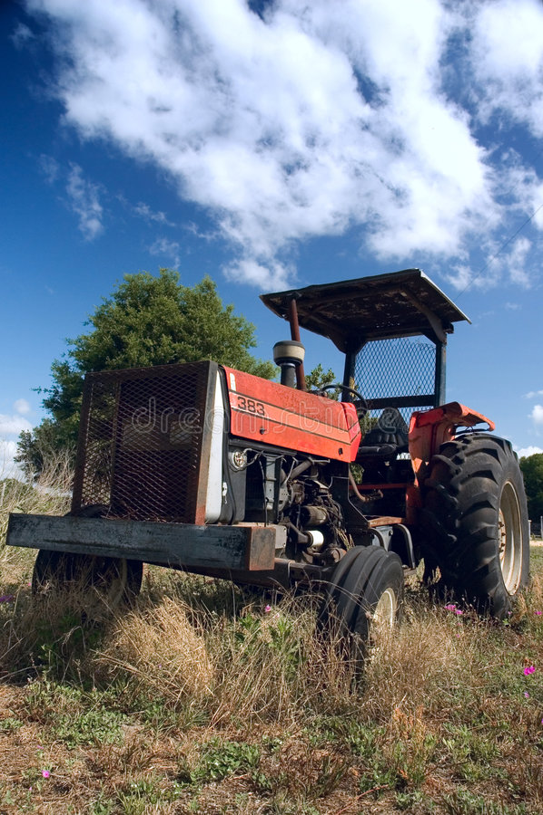 Alter Bauernhoftraktor stockfoto