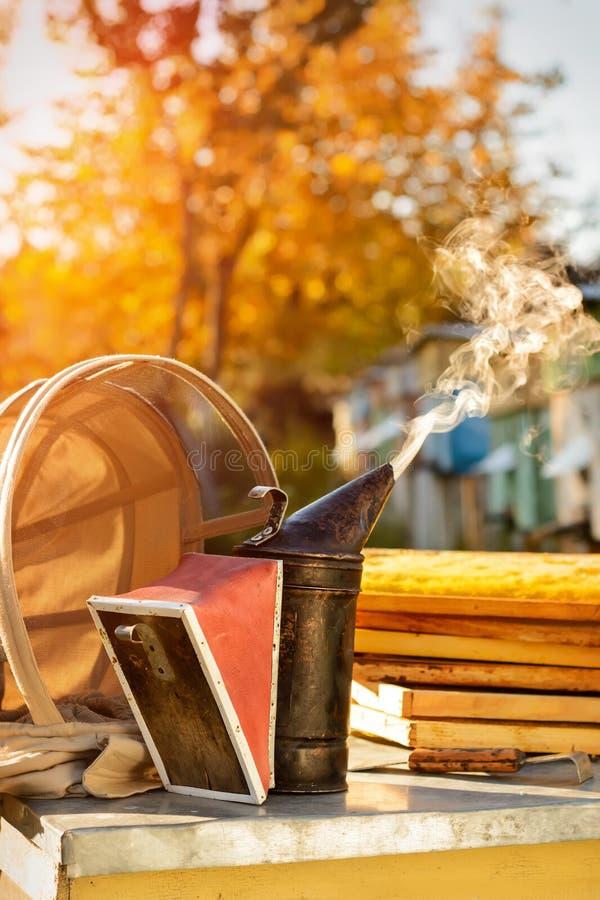 Alter Bienenraucher Imkereiwerkzeug Herbst in einem Bienenhaus Thema von Imkerei lizenzfreie stockfotografie