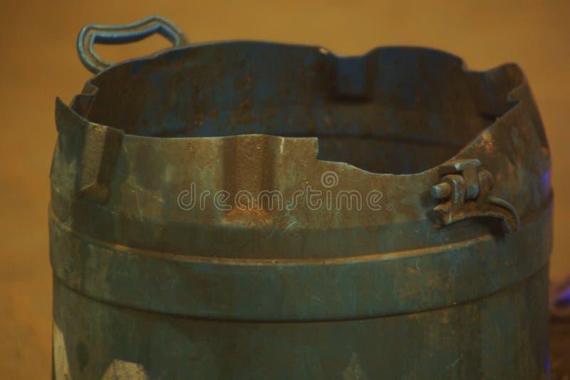 Alter blauer Mülleimer lizenzfreie stockfotografie