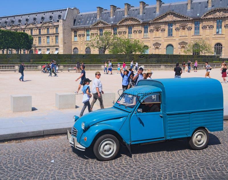 Alter blauer Packwagen - ikonenhafter Citroen 2CV Fourgonnette, Vorderansicht Place du Carrousel am sonnigen Tag stockfoto
