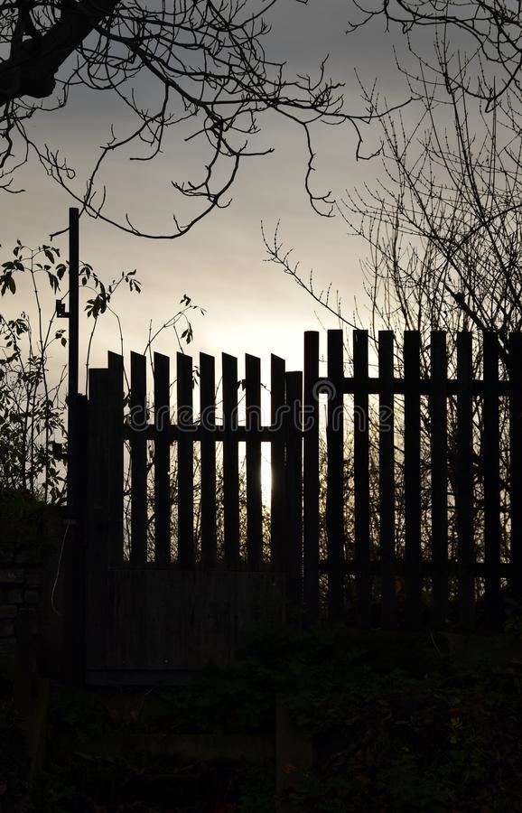 Alter Bretterzaun und Tor im Sonnenuntergang lizenzfreie stockbilder