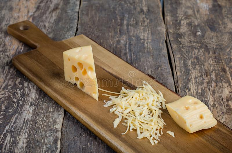 Alter Bretthintergrund des Käses lizenzfreie stockfotos