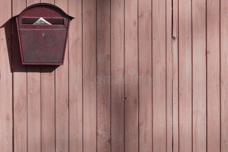 Alter Briefkasten auf einem Bretterzaun mit Raum für eine Aufschrift oder einen Entwurf lizenzfreies stockfoto