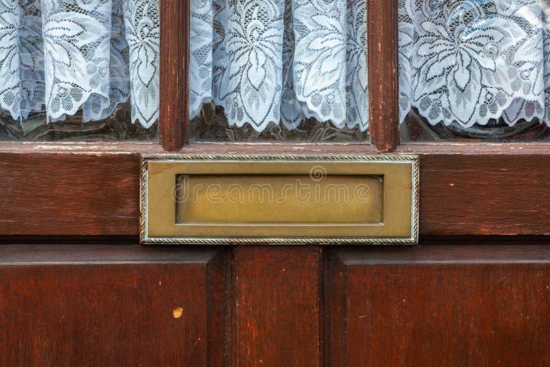 Alter Briefkasten in der Tür, traditionelle Weise des Lieferns von Buchstaben an das Haus, alter Briefkasten stockfotografie