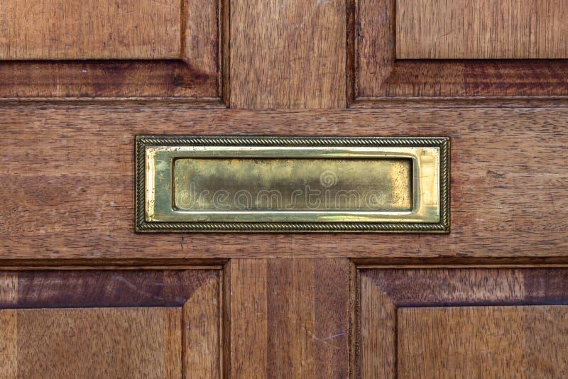Alter Briefkasten in der Tür, traditionelle Weise des Lieferns von Buchstaben an das Haus, alter Briefkasten stockfotos