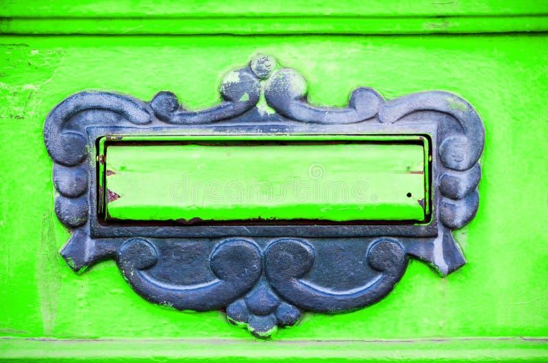 Alter Briefkasten oder Briefkasten auf die traditionelle Art der Tortür von Buchstaben oder Post an den Hausadreßabschluß oben li lizenzfreies stockbild