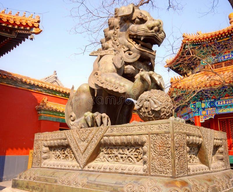 Alter Bronzelöwe (Peking, China) stockfotos