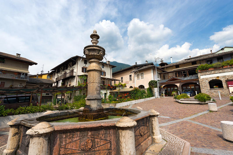 Alter Brunnen - Levico Terme Italien lizenzfreie stockfotos