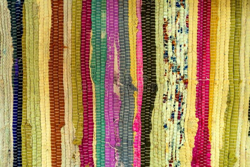 Alter bunter gesponnener Fußmattenbeschaffenheitsabschluß oben stockbilder