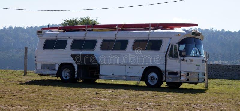 Alter Bus mit Kajaks stockbilder