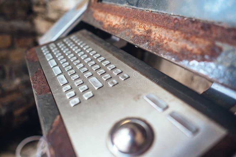 alter Computer, rostige Tastatur mit Monitor stockbilder