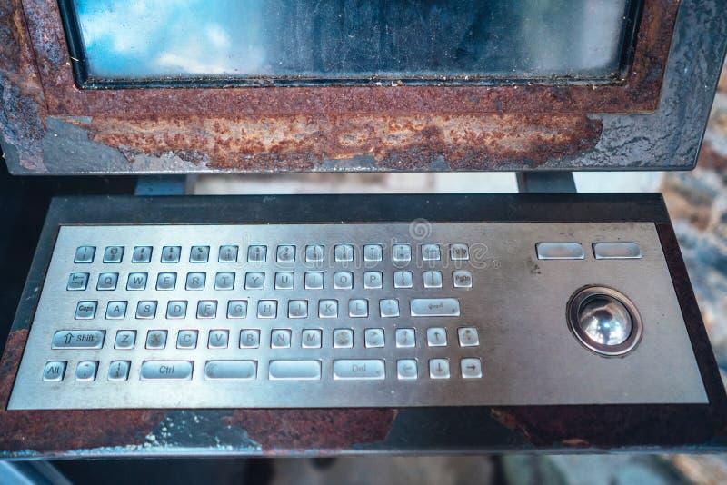 alter Computer, rostige Tastatur mit Monitor stockfotografie