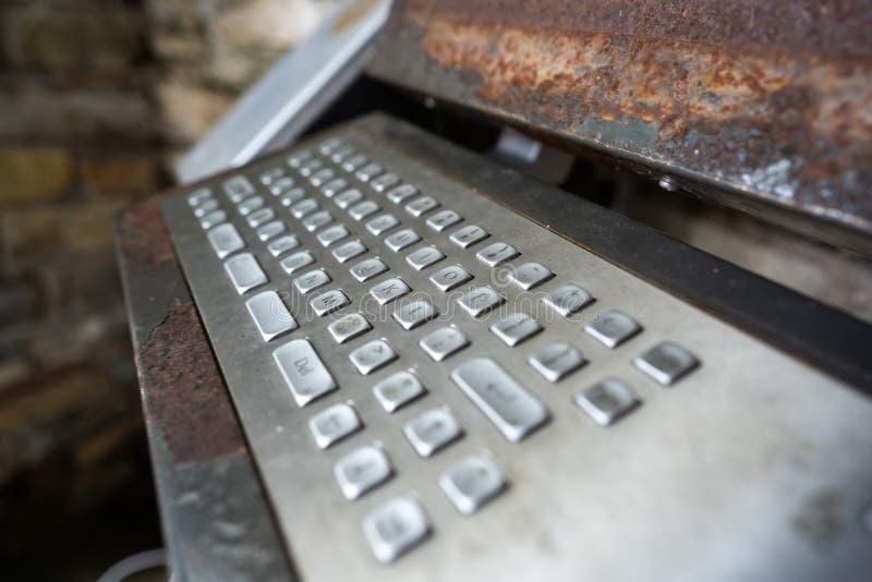 alter Computer, rostige Tastatur mit Monitor lizenzfreie stockbilder
