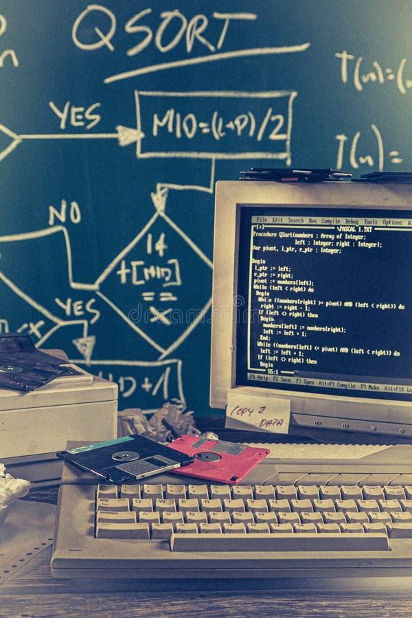 Alter Computer und CRT-Monitor auf grünem Tafelhintergrund stockfotografie