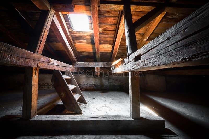 Alter Dachboden stockbild
