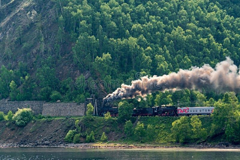 Alter Dampfzug fährt auf die Circum-Baikal-Eisenbahn lizenzfreie stockfotos