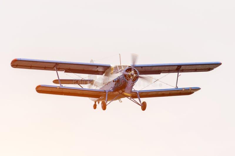Alter Doppeldecker, Turboprop-Triebwerk Flugzeug-Flughimmel lizenzfreies stockfoto