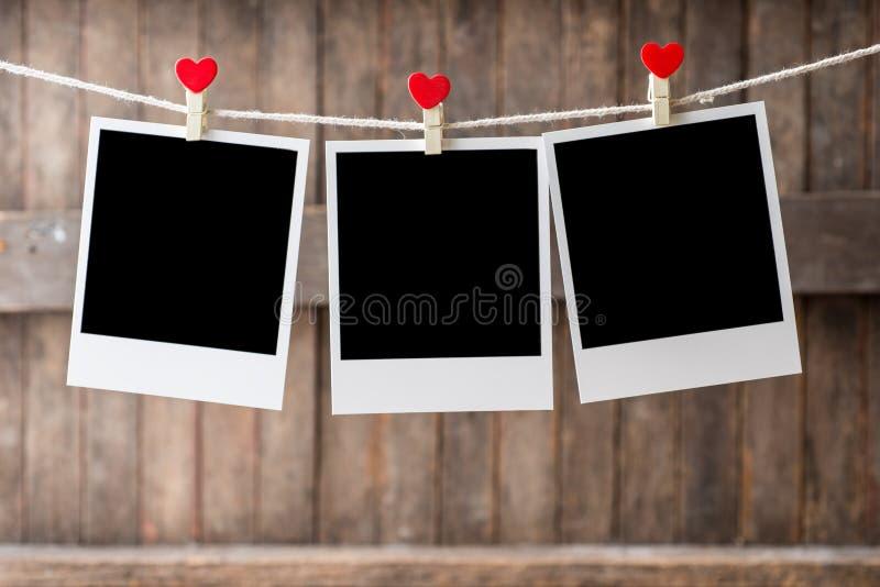 Alter drei Bilderrahmen, der an der Wäscheleine hängt stockfoto