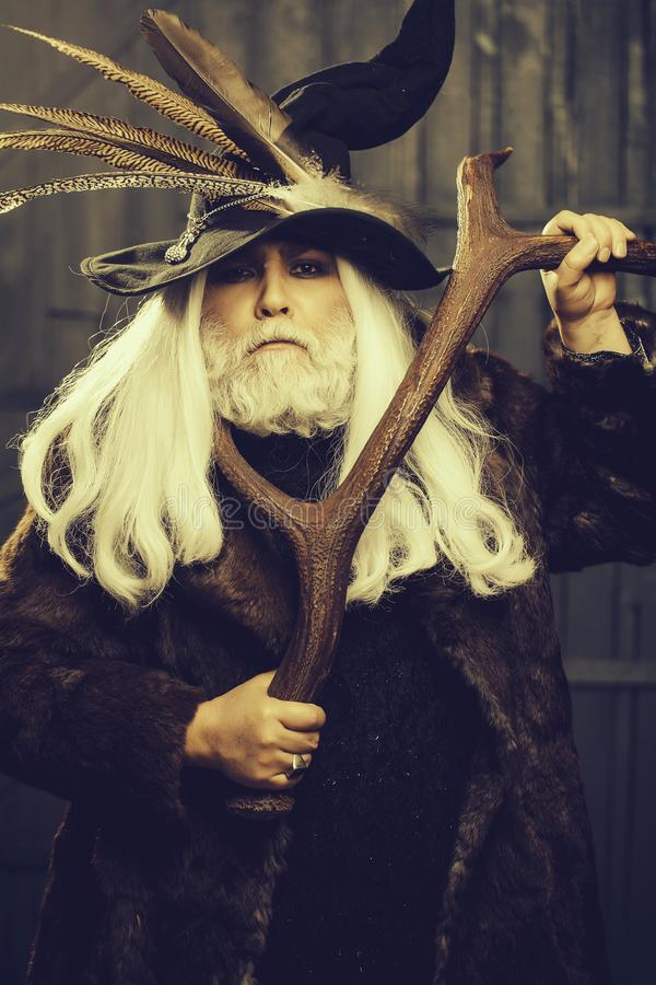 Alter Druidejäger mit den Geweihen stockbilder