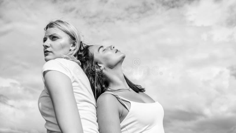 Alter ego-Konzept Blond und brunette zur?ck zu R?ckseite Konzentriert und entspannt Freund vertrauen Sie Freundschaft und Vertrau lizenzfreies stockbild